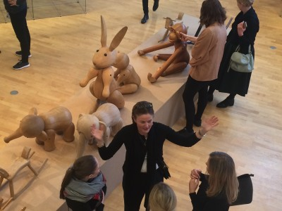 Sus Bojesen Rosenqvist forklarer entusiastisk for pressen i utstillingen i Drammen Museum. Foto Henning Høholt