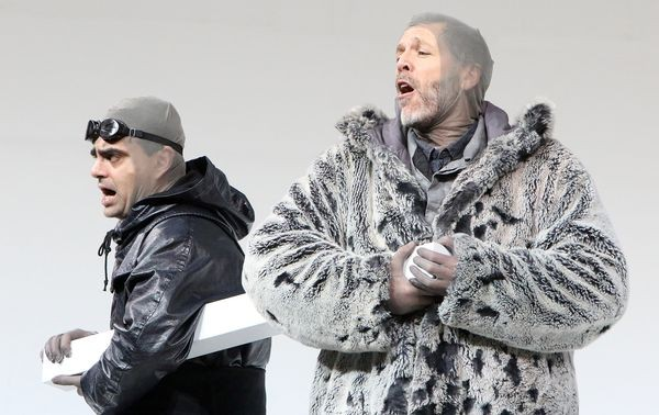 South Pole, Rolando  Villain (left) as Scott,  and Thomas Hampson as Amundsen. Foto Bayerisches Staatsoper.