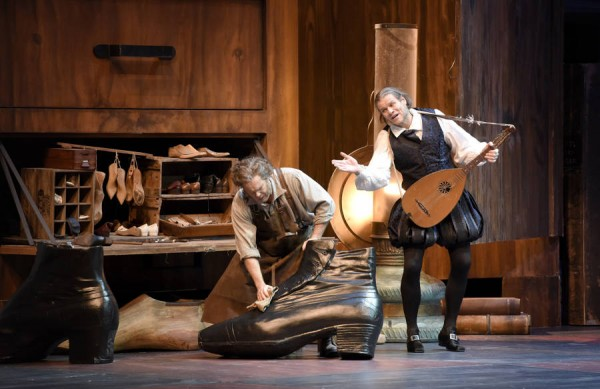 Sixtus Besmesser, wonderful played and sung by Bo skovhus, rıght and Hans Sachs - Gerald Finley in third act. Note the large shoe, and large details, we are nearly in a puppet theater. Foto Vincent Pontet.