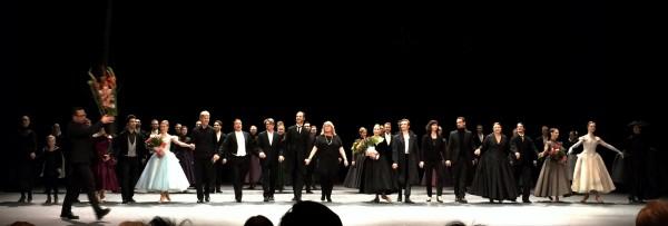 Lars Kolstad, som var kveldens inspisient bringer an stor blomsterdekorasjon på scenen etter premieren på Anna Karenina, rett til høyre for ham Håvard Gimse og dirigenetn Paul Connelly, til høyre i bildet Ingebjørg Kosmo. I midten Eugenie Skilnand - Anna Karenina, og til høyre for henne Douwe Dekkers - Vronskij. Foto Tomas Bagackas.