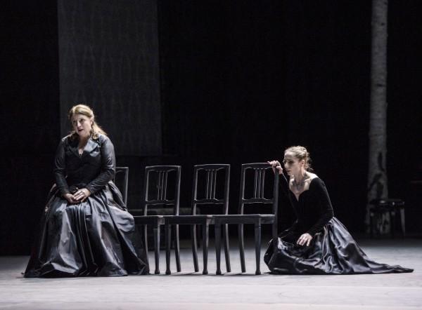"Ingebjørg Kosmo (til venstre) synger Rachmaninoffs  ""Uvyal Tsvetok"" - (Verweilt ist die Blume)- for Eugenie Skilnand - Anna Karenina. Foto: Erik Berg."