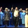 Fra venstre Ping Pang Pong, Espen Langvik, (rød), Marius Roth Christensen og Thorbjørn Gulbrandsøy, som er et av forestillingens absolutte høydepunkt. Eli Kristin Hanssveen - Liu, dirigent John Helmer Fiore,  Irina Rindzuner - Turandot, Henrik Engelsviken - Calaf og et glimt av Guenes Guerle - Timur, foran medlemmer av det velsyngende koret . Dessverre var Operaens (usynlige) barnekor kun på scenen til applaus på premiere kvelden.  Foto Henning Høholt