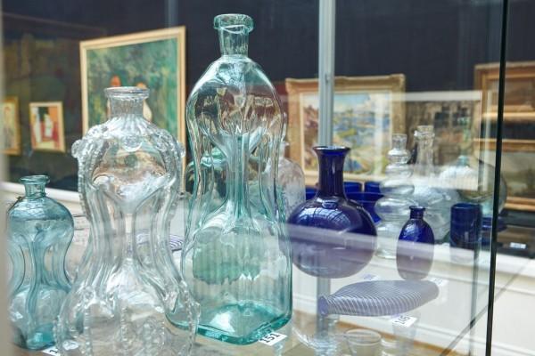 Glass på auksjon hos Blomqvist