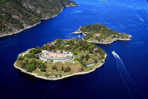 Oscarsborg FEstning, som ligger midt ii innseilingen til innerste delen av Oslo fjorden.