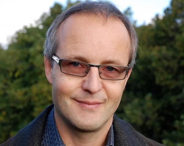 ERling Guldbrandsen debuterer som skønnlitterær forfatter med romanen Brødre på Aschehougs Forlag, presenteres på Sosialen, Youngstorget 17. Auust kl. 20.