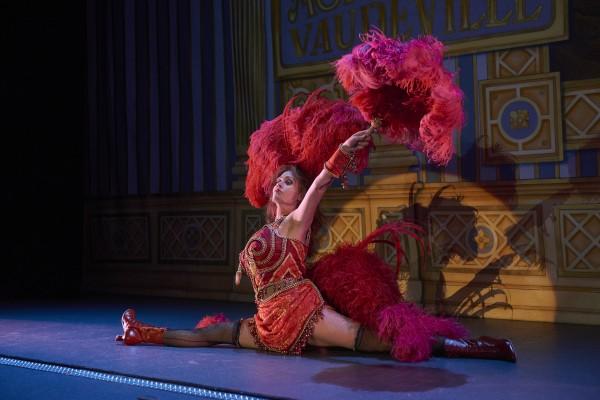 En Danser - Ellen Dybvik - tar spagaten. Foto John Andresen