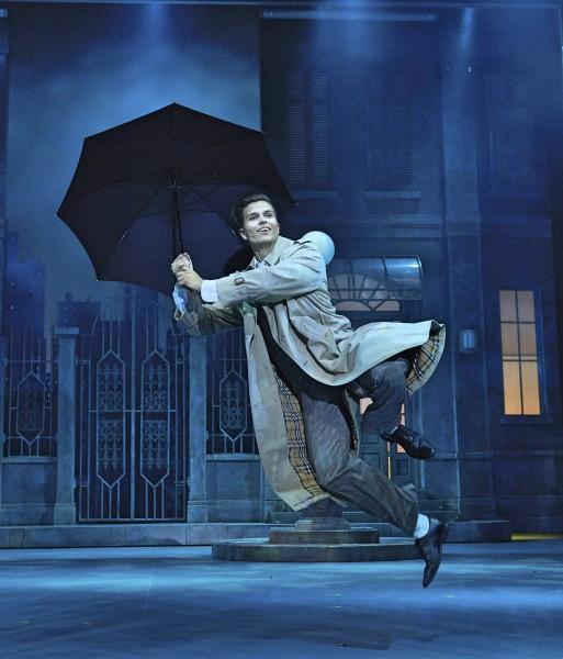 Atle Pettersen går, danser, stepper og synger flott i fott sporene til Gene Kelly i rollen som Don Lockwood på Folketeatret i Oslo. Foto John Andresen.
