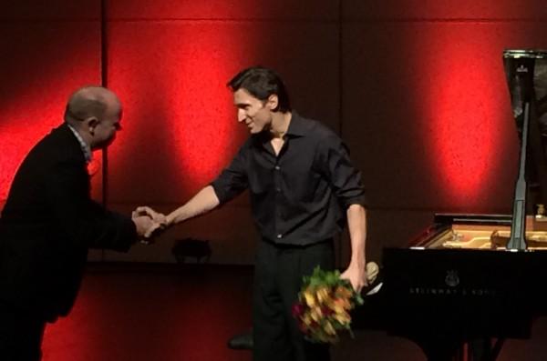 Alexander Romanovsky mottar blomster av Bærum Kukturhus allestedsnærværende produsent Tore Johansen.