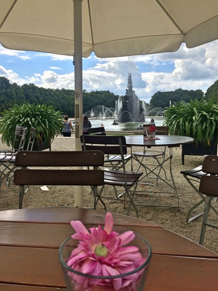 Herrenchiemsee, Outdoor café, self service, where there was a good choice of food and a splendid Apfelstrudel, at reasonable prizes. And a good atmosphere to en joy the view from the Palace overlooking the garden and the fountains. Which were restarted in the periode 1970-1994.