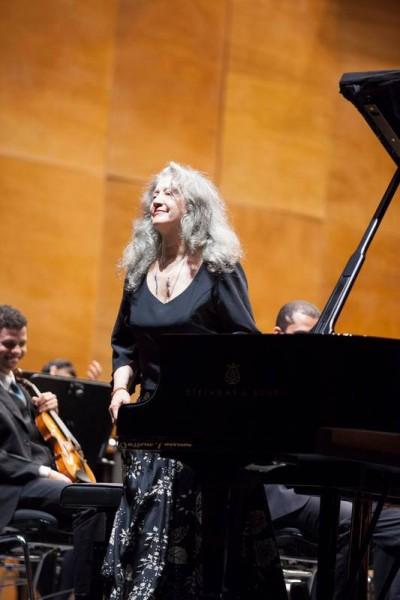 Martha Argerich at the stage at Opera di Firenze, foto Michele Borzoni