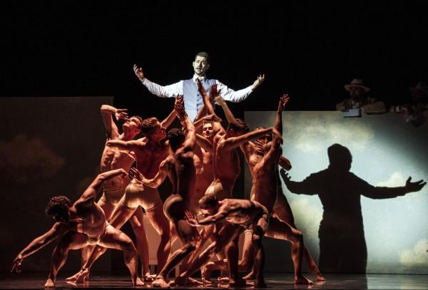 David Hansen som midtpunkt blant 18 dansere fra Nasjonalballetten. Lyssetting Stephen Rolfe. Foto Erik Berg