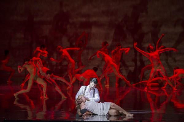 Orfeus og Eurydike er visuelt og musikalsk en stor opplevelse, her Nasjonalballettens dansere, bak David Hansen og Vigdis Unsgård i tittelrollene. Foto Erik Berg.