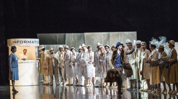 Orfeus og Eurydike, th David Hansen som Orfeus , og helt til venstre Vera TAlerko som Amor. Samt Den Norske Operas Kor. Foto Erik Berg