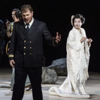 Jung Nan Yoon til høyre, er praktfull som Cio-Cio-San, her, til høyre, sammen med Henrik Engelsviken der som  løytnant Pinkerton synger en av sine absolutt flotteste roller på Operaen. Foto Erik Berg.