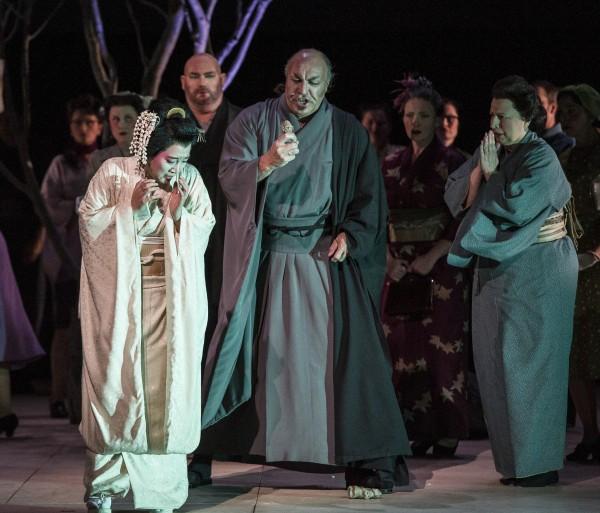 Dramatikk oppstår med besøk av Bonze, Fra venstre Jung Nan Yoon, Thor Inge Falch, Magne Fremmerlid som Bonze, Ingebjørg Kosmo. Foto Erik Berg