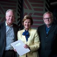 Dronning Sonja flankert av Munchmuseets direktør Stein Olav Henrichsen og Ørnulf Opdahl, medstifter av QSPA. Foto: Ove Kvavik, Munchmuseet