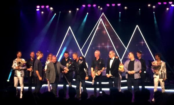 Applause etter Vi som elsker ABBA, alle medvirkende,orkester og produksjonsstab på scenen, i midten regissør Johan Osuldsen (i sort) og scenograf John-Kristian Alsaker. Foto Tomas Bagackas