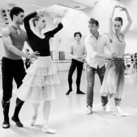 Nikolaj Hübbe i prøvesalen samen me dmedlemmer av Den Kongelige Ballet. Foto fra Det Kgl. Teater.