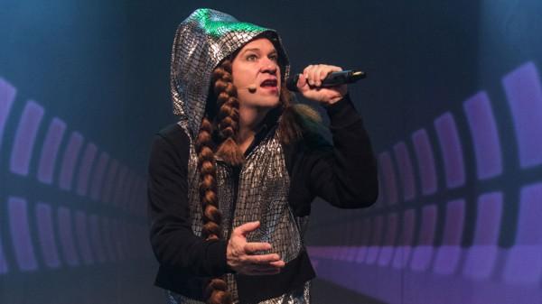 Bjarte Hjelmeland i en av sine mange lånte fjer skikkelser, som har Oslo premiere 3. November på Chat Noir, hvor den spilles nesten helt frem til Jul.