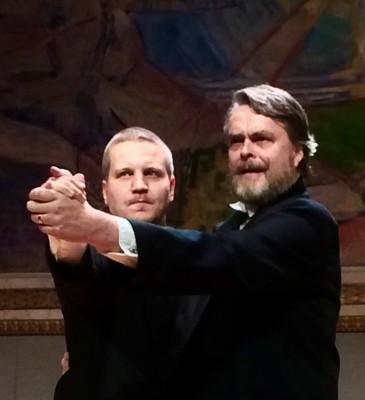 De to Sekretærene var et helt (diskret) underholdningskapitel i seg selv. De klarte til og med å få seg en liten svingom. Jon Harthug (tv) og Tøge Talle. Foto Henning Høholt