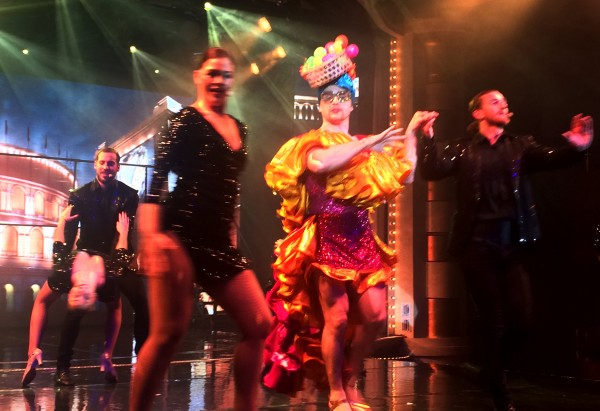 Carmen Miranda gjør sin festlige entre på scenen, og ser ut over publikum etter et offer . Foto Tomas Bagackas