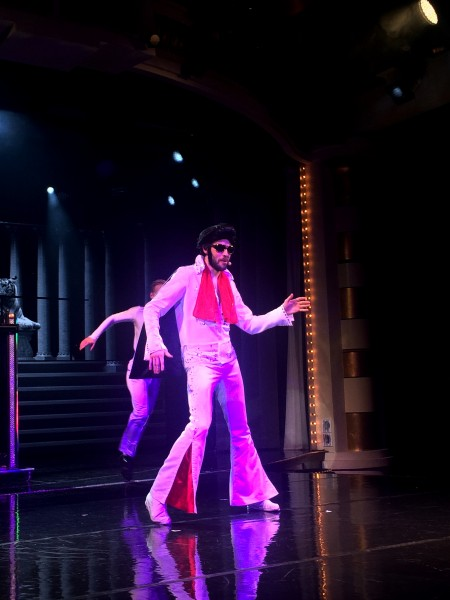 På Las Vegas showet på Color Fantasy kom det celebre gjester på besøk, slik som denne Elvis Presley liknende vellsyngende musikal artisten. Foto Tomas Bagackas