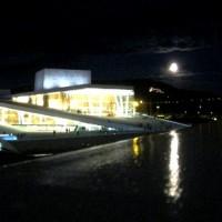 Operaen med full måne. Foto Henning Høholt