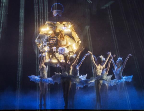 Clara og Prinsen flyver avsted i en kugle fra juletreet, mens snøfnuggene danser
