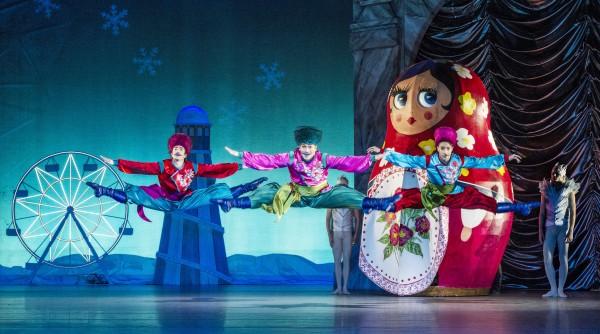 Russisk dans: Riccardo Ambrogi, th. Francois Rousseau, tv. og Aarne Kristian Ruutu, senter.