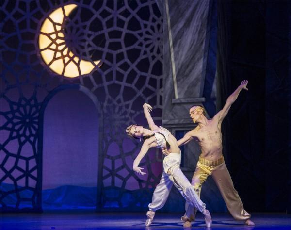 Arabisk Dans: Whitney Jensen, Silas Henriksen.