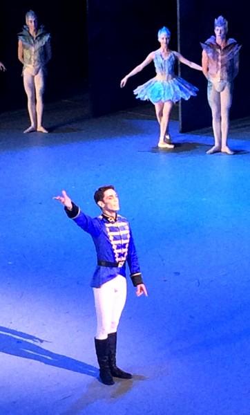 Martin Dauchez tar iot aplaus etter en av sine flotte soloer i Grand pas de deux, bak Blomstervals dansere. Foto Henning Høholt