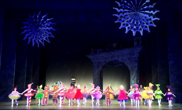 Godterier 24 barn fra Operaens Ballettskole, som er kledt ut som vaffel med rømme og syltetøy, makron, pepperkake, gelé, sukkerstang, julemarsipan og cupcake. Et av forestillingens store hitt. Aplaus foto Henning Høholt
