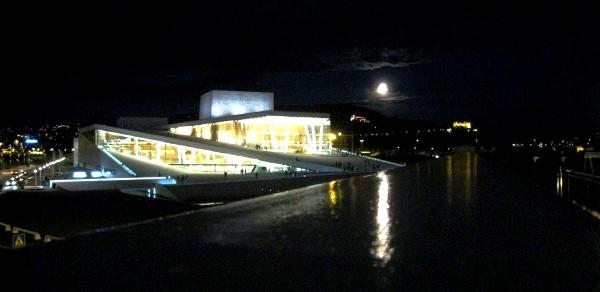 Operaen med fullmåne. Foto Henning Høholt, Kulturkompasset.