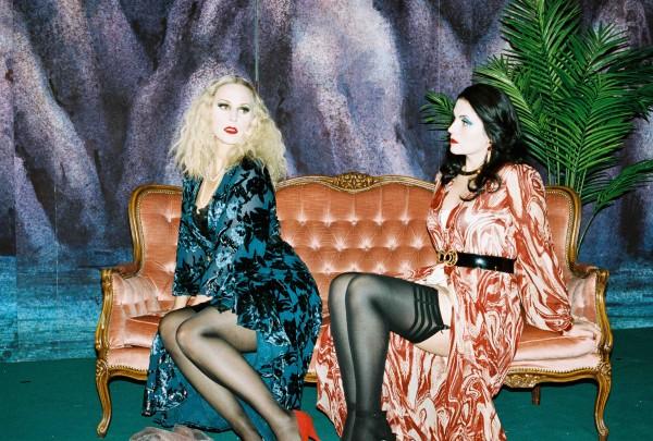 Natalia Tansii som Fiordiligi til høyre og Ingeborg Gillebo som Dorabella til venstre i Dicki Lakhas kostymer. Foto: Christian Friedländer