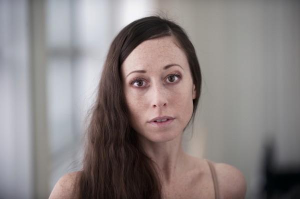 Camilla Spidsøes portrett av Fru Alving ble omtalt som «en utrolig prestasjon», mens Dance Europes kritiker utpekte henne til «Årets danser»
