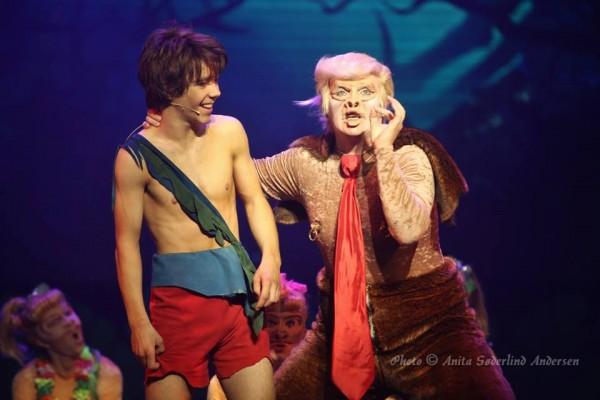 Hans Petter Moen parodierer som apefar strålende en etterhvert verdensberømt ny amerikansk president sammen med sin apeflokk av Bårdar International studenter, her sammen med Kevin Haugan - Mowgli.