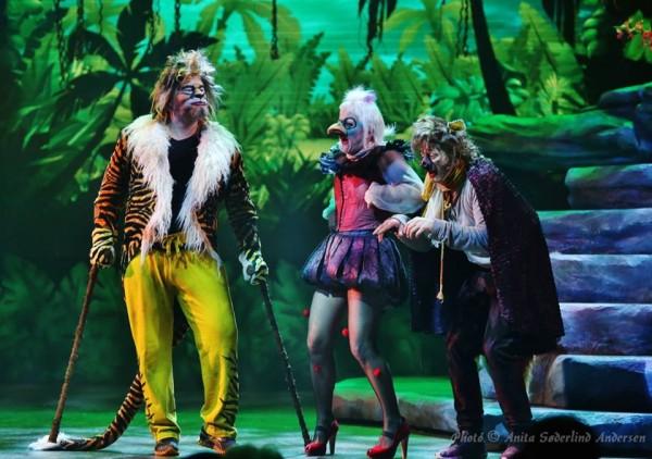 Rein Aleksander. som tigeren Sheere Kahvn, sammen med de to festilge hyenerne Hilde Lyran og Kim Arne Wifladt, som spiser restene fra tigerens måltider,  Et festlig par, som mindet meg sterkt om det forrykende parret Thenardier i Les Miserables.