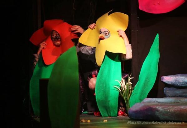 De to hyener Hilde Lyran og Kin Arne WIfladt gjemmer seg i blomster i Jungelen.