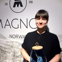 Kristine Bjaadal med en av sine flotte glasskrukker med trelokk, fra Magnor. Utsalgspris ca kr. 799.-