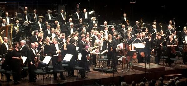 Applaus etter urfremføringen av Jan erik Mikalsens verk Saan. Oslo Filharmonikse Orkester, til høyre dirigenten Han-Na Chang, deretter gruppen Poing, og til venstre i midten komponisten Jan Erik Mikalsen med blomster. ,
