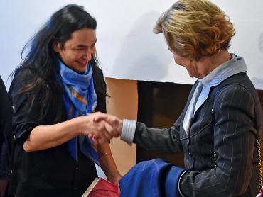 Etter opninga møtte Dronning Sonja kunstnar og verksmeister ved KMD, Kiyoshi Yamamoto, som har designa nye sjal for Universitetet i Bergen. Dronninga fekk overrakt eit silkesjal, dette er eitt av ein serie på sju design, eitt for kvart fakultet. Foto  Sven Gj. Gjeruldsen, Det Kongelige Hoff