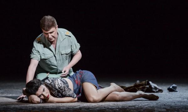 Evan Bowers som Don José og som Carmen.