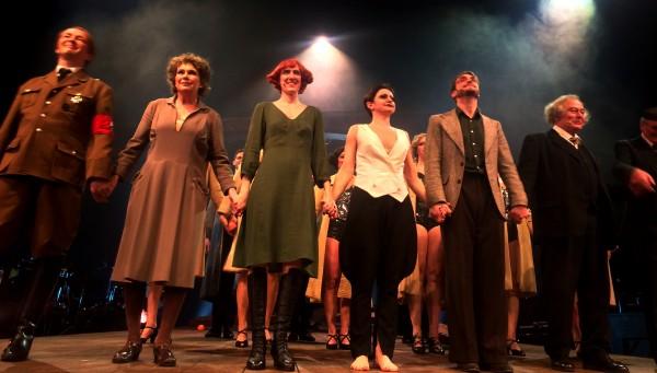 Første lidt forsiktige applaus før ensemblet finner ut av den stormende jubel fra publikum. Foto Henning Høholt