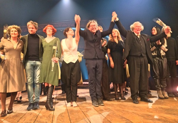Stor stemning på aplausen til Cabaret, her medvirkende og produksjonsteamet med Peter Langdal i midten. Foto Henning Høholt.