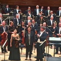 Applause after the world premiere of the violin concert MISSING by Edith Canat de Chizy, (center) performed by the Orchestra National de France conducted by John Storgårds (right) violin soloist Fanny Clamagirand (left). Foto Henning Høholt