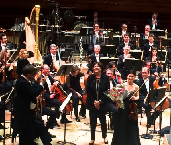 Applause after the world premiere of the violin concert MISSING by Edith Canat de Chizy, (center) performed by the Orchestra National de France conducted by John Storgårds (left) violin soloist Fanny Clamagirand (right). Foto Henning Høholt