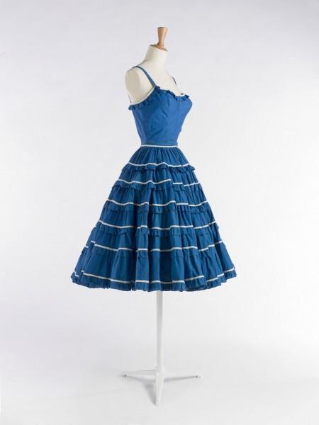 Anonyme. Robe en deux parties, corsage et jupe. Robe. Toile de coton bleu. Ruban de raphia blanc. 1957. Galliera, musée de la Mode de la Ville de Paris.