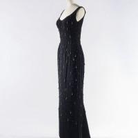 Balmain. Robe fourreau. Velours de soie brodé. Perles plastique. Crêpe satin de soie. 1961. Galliera, musée de la Mode de la Ville de Paris.