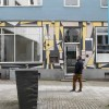 Kunstneren Anders Sletvold Moe utenfor Kunstnerforbundet hvor han betrakter fasaden og sitt maleri innenfor vinduet.  (FOTO: THOMAS TVETER)