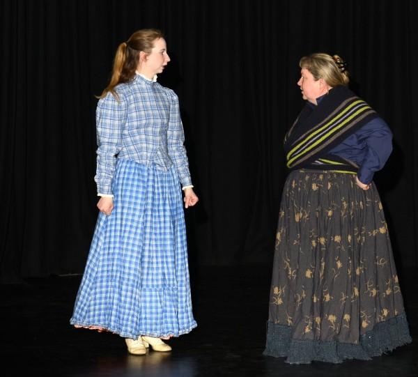 Et alvorsord fra Cathrine Langlie (t.h.) som Åttemannsenka til datteren, spilt av Karoline Magnussen Strand. Joar Foto